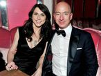 A los pocos días de comenzar el 2019, el fundador de Amazon, Jeff Bezos, anunció en Twitter que se divorciaba de su esposa, MacKenzie, tras 25 años de matrimonio. Bezos llevaba meses viéndose con una amiga de la familia, Lauren Sánchez, casada con un poderoso agente de Hollywood (y ahora ya separada). El acuerdo de divorcio llegó finalmente a primeros de abril. Los Bezos protagonizaron uno de los divorcios más caros de los famosos: 31.000 millones de euros.
