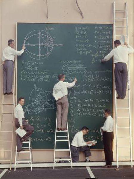Seis cientistas trabalham em um centro de controle de satélites na Califórnia, em 1957.