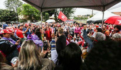 Simpatizantes do ex-presidente Lula em ato em Curitiba.
