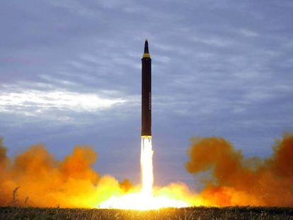 Imagem divulgada pela Coreia do Norte do míssil Hwasong, que foi lançado em 29 de agosto e passou por cima do norte do Japão.