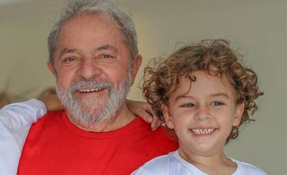 Lula com o neto, Arthur Araújo Lula da Silva, que morreu aos 7 anos.
