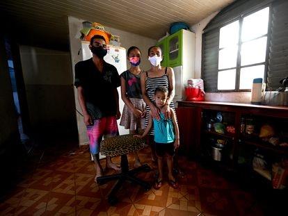 A cabeleireira Jaqueline Silva Viana, de 40 anos, em sua casa, com os filhos Ítalo, 21, e Tamires, 11, e o neto Davi, 3.