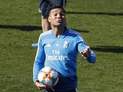 Casemiro treina antes de enfrentar o Barcelona.