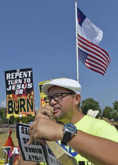 Simpatizante lê a Bíblia durante manifestação em favor de Kim Davis.