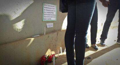 Homenagem às vítimas da tragédia em frente à creche.