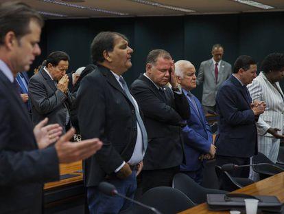 Deputados evangélicos brasileiros rezam no Congresso.