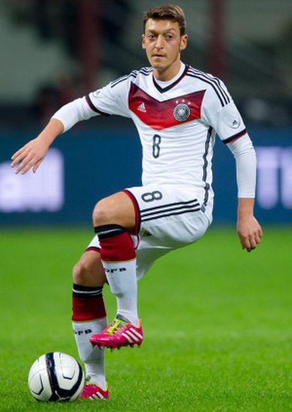 Özil, durante um partido com a seleção alemã.