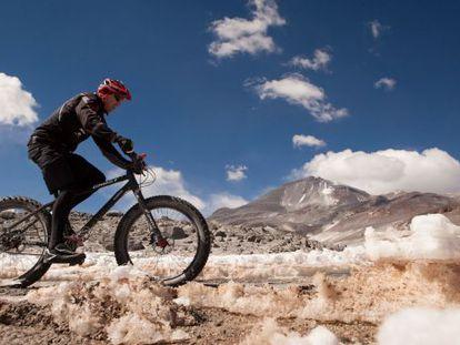 Rota de bicicleta de montanha no vulcão Olhos do Salgado, no Chile