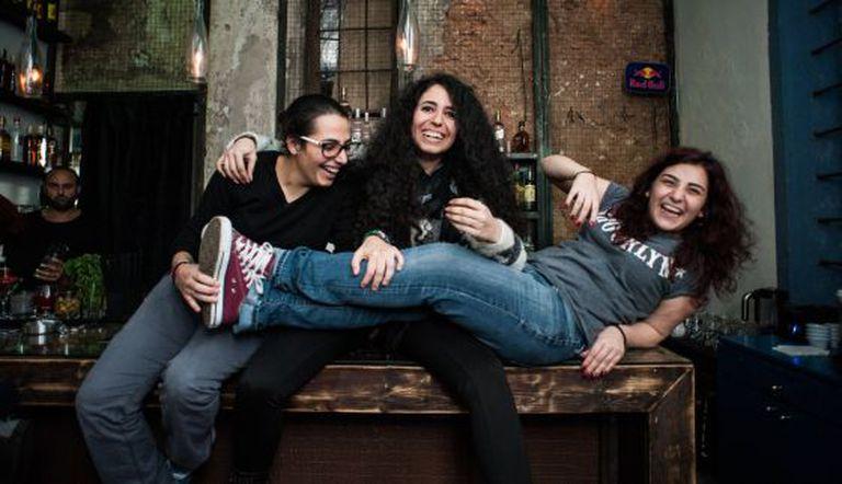 hea, Stephanie e Mariela (da esq. à dir.) em seu bar Rumors, frequentado pelas lésbicas de Beirute.