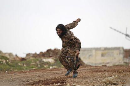 Miliciano sírio ferido usa rifle como apoio.