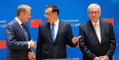 Donald Tusk e Jean-Claude Juncker com o primeiro-ministro chinês, Li Keqiang, na última reunião bilateral de 2017.