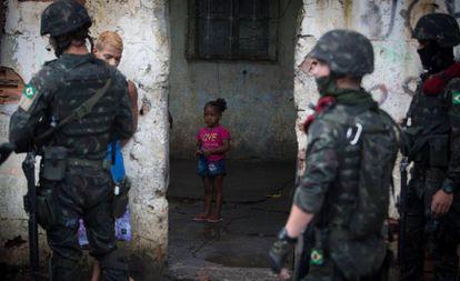 O exército interroga um rapaz na Vila Kennedy, nesta sexta.