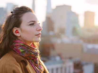 O Pilot é usado como um fone de ouvido discreto e contém um microfone que capta as palavras do interlocutor enquanto um software as traduz para outro idioma quase simultaneamente.