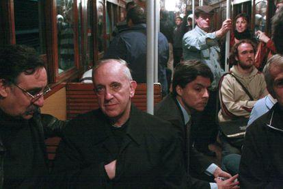 O então cardeal Jorge Mario Bergoglio viaja no metrô de Buenos Aires em 2008.