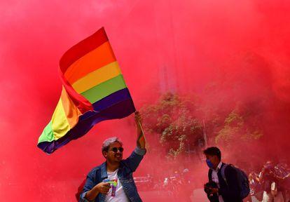 Dezenas de pessoas da comunidade LGBT marchando na Cidade do México em junho, no dia do Orgulho Gay.