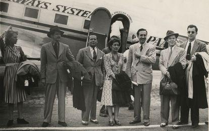 Disney e um grupo de artistas durante a viagem.