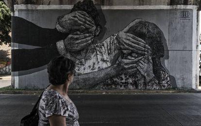 Mural pintado por artistas locais retratando fatos violentos dos últimos meses.