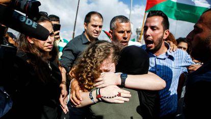 Ahed Tamimi abraça sua mãe após ser libertada, neste domingo, em Nabi Saleh (Cisjordânia).