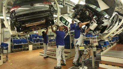 Trabalhos de montagem na fábrica da Volkswagen em Wolfsburg.