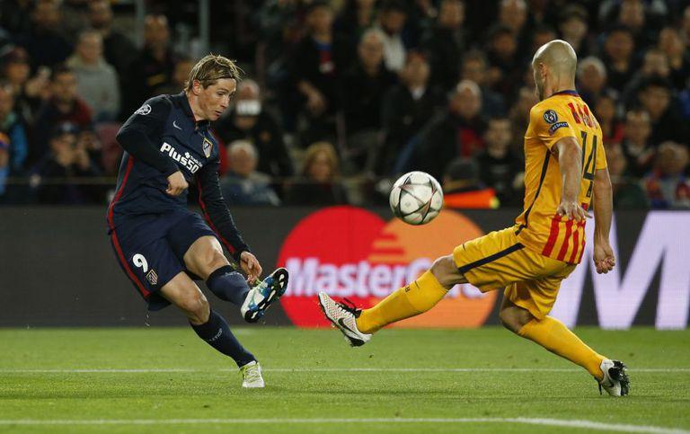 Fernando Torres disputa a bola com Javier Mascherano.