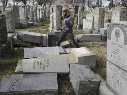 Cerca de 100 lápides foram atacadas no cemitério judaico de Mount Carmel, em Filadélfia.