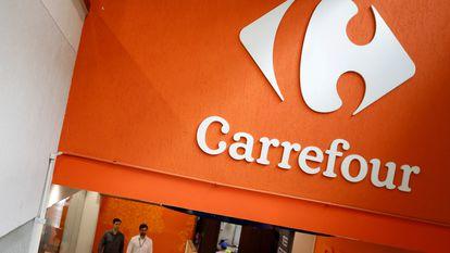 Logotipo do Carrefour em um supermercado de São Paulo.