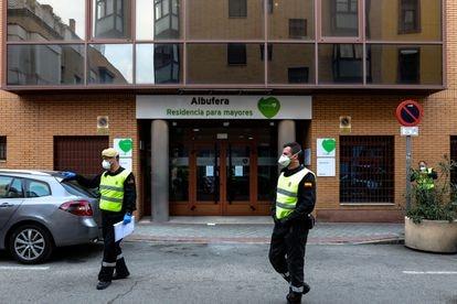 Dois agentes da Unidade Militar de Emergências (UME), protegidos com máscaras, na segunda-feira na entrada da casa de repouso para idosos DomusVi Albufera, na Espanha.