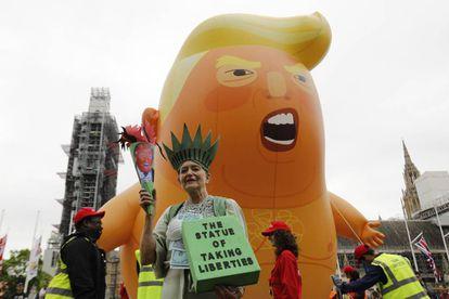 Um balão que é uma caricatura de Donald Trump faz parte da manifestação desta terça-feira em Londres contra o presidente dos Estados Unidos.