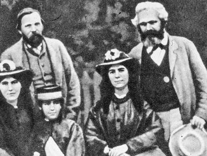 Karl Marx (direita) e Friedrich Engels, com as filhas do primeiro. Da esquerda para a direita, Jenny, Laura e Eleanor.