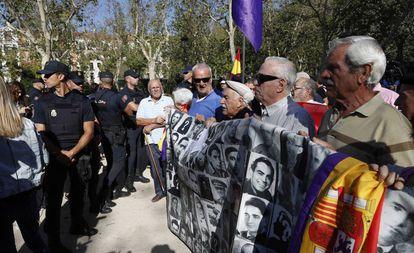 Coletivos em defesa da memória histórica, nesta terça-feira, em frente ao Tribunal Supremo.