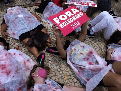 Manifestantes representando os mortos pela covid-19 pedem a saída de Bolsonaro do lado de fora do Palácio do Planalto, em Brasília.