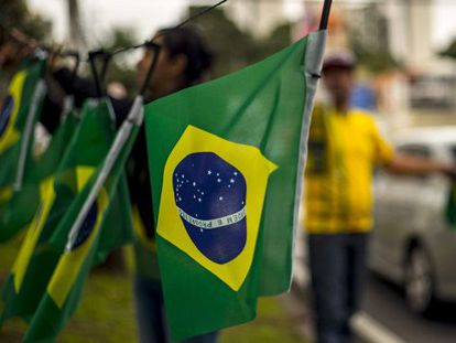 À venda em Curitiba, uma bandeira do Brasil às avessas.
