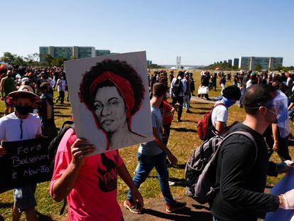 """Manifestante do protesto """"Vidas negras importam"""" em Brasília exibe cartaz em homenagem a Marielle Franco."""