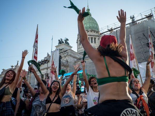 Mujeres del movimiento conocido como 'Marea Verde' realiza bailes y cantos durante la espera de la votación en la Cámara de Diputados del proyecto de interrupción legal del embarazo, en Buenos Aires, Argentina, a 10 de diciembre de 2020. 10 DICIEMBRE 2020;ABORTO;LEGALIZACIÓN;ARGENTINA;LATINOAMÉRICA;ABORTO;SALUD;DERECHOS;DERECHOS HUMANOS;BUENOS AIRES Matias Chiofalo / Europa Press 10/12/2020