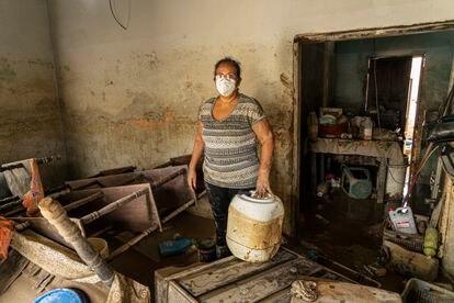 Susana, moradora do bairro Jerusalén, limpa o interior de sua casa. | Em vídeo, a passagem do Iota por Honduras e a devastação que deixou.