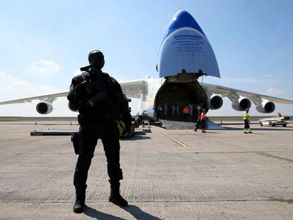 Um avião com equipamento sanitário chinês chega ao aeroporto de Paris-Vatry (França), no último domingo.