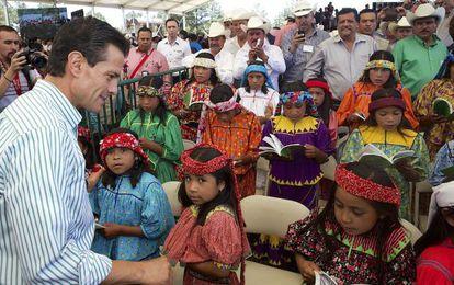 Peña Nieto com crianças Tarahumaras em 2 de junho.