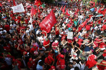 Manifestantes pró-Lula se concentram em Porto Alegre, nesta quarta.