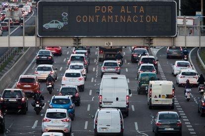 Painéis luminosos na rodovia M30 de Madri indicam a ativação da fase 1 do protocolo antipoluição.