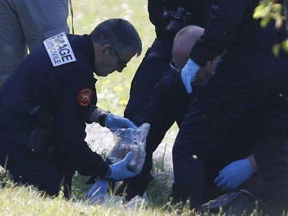Polícia francesa em um dos depósitos indicados pelo ETA em Saint-Pee-sur-Nivelle.