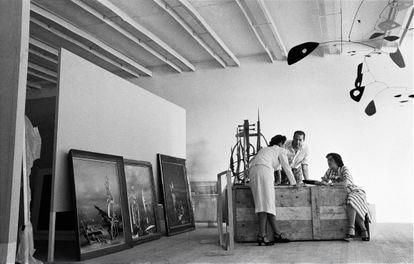 Montagem da I Bienal do Museu de Arte Moderna de São Paulo, esplanada do Trianon, avenida Paulista, 1951. René d'Harnoncourt, diretor do Moma, entre duas pessoas não identificadas.
