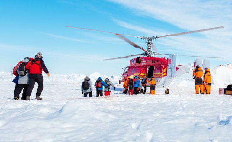O helicóptero resgata os tripulantes do navio russo 'Akadémik Shokálskiy'.
