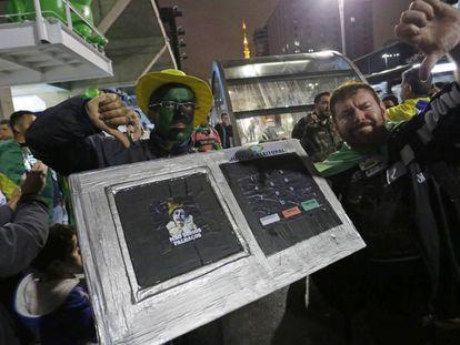 Apoiadores de Jair Bolsonaro celebram resultado na avenida Paulista e protestam contra a urna eletrônica.