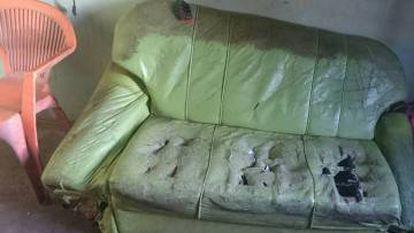 """Denis publicou foto de seu sofá na página do Facebook, para """"quem não acredita que não tem dinheiro para viajar"""""""