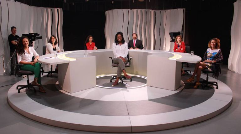 A filósofa Djamila Ribeiro e os entrevistadores no estúdio do programa 'Voz Ativa'