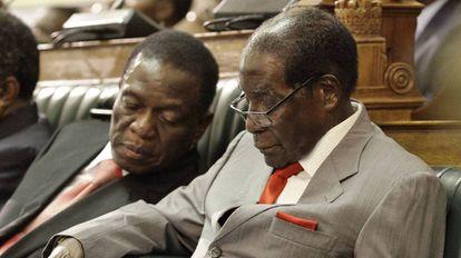 Robert Mugabe, à direita, e Emmerson Mnangagwa em uma sessão do Parlamento em Harare