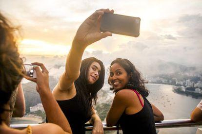 Dois turistas fazem-se um 'selfie' com Rio de Janeiro (Brasil) ao fundo.