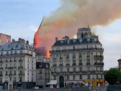 Momento em que cai a agulha da catedral de Notre-Dame.