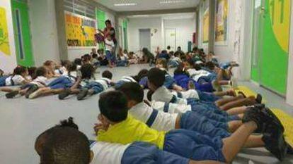 Durante os tiroteios, crianças agacham nos corredores da escola