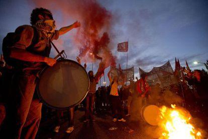 Grupo protesta durante greve na Argentina.